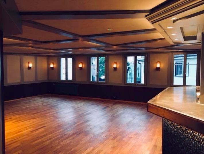 Nicht nur trinken ist hier angesagt: Die Widderbar verfügt über eine kleine Tanzfläche.