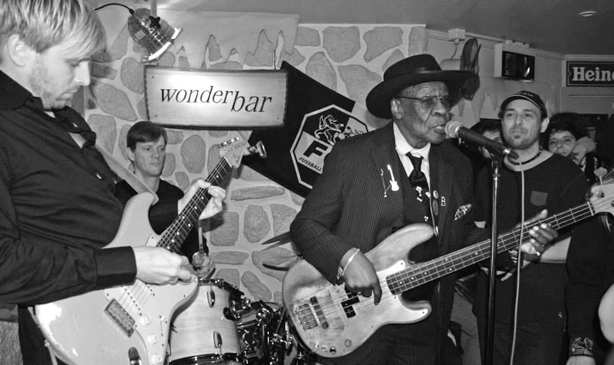 Taktgeber: Mike Hauser (Zweiter von links) als Drummer bei einer Jamsession mit Blueser Bob Stroger.