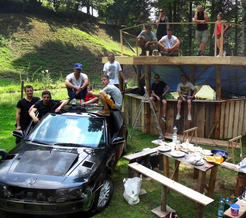Das Team des Festivals «Am Bach» bei den Aufbauarbeiten am geheimen Ort.