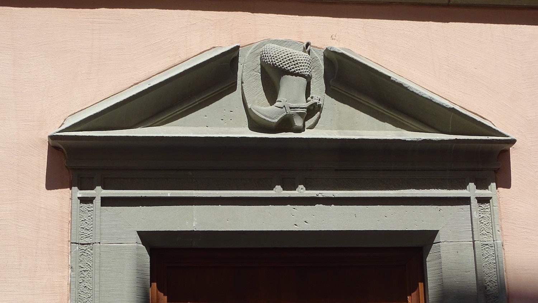 Der steinere Stiefel beim Eingang in die ehemalige Gaststube.