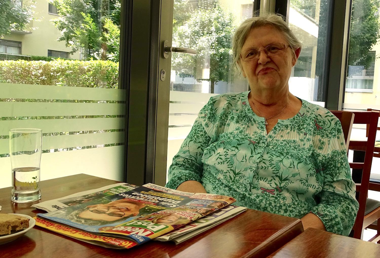 Hildegard Hoinik mit ihrer Lektüre im Tavolino. Sie wird das Wirtepaar vermissen.