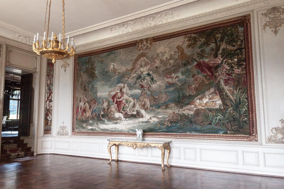 Im Gobelinsaal hängt der grösste Bildteppich «Triumph Neptuns» mit einer Fläche von 360x720 Centimetern, geschaffen im vergangenen Jahrhundert von Daniel Leyniers.