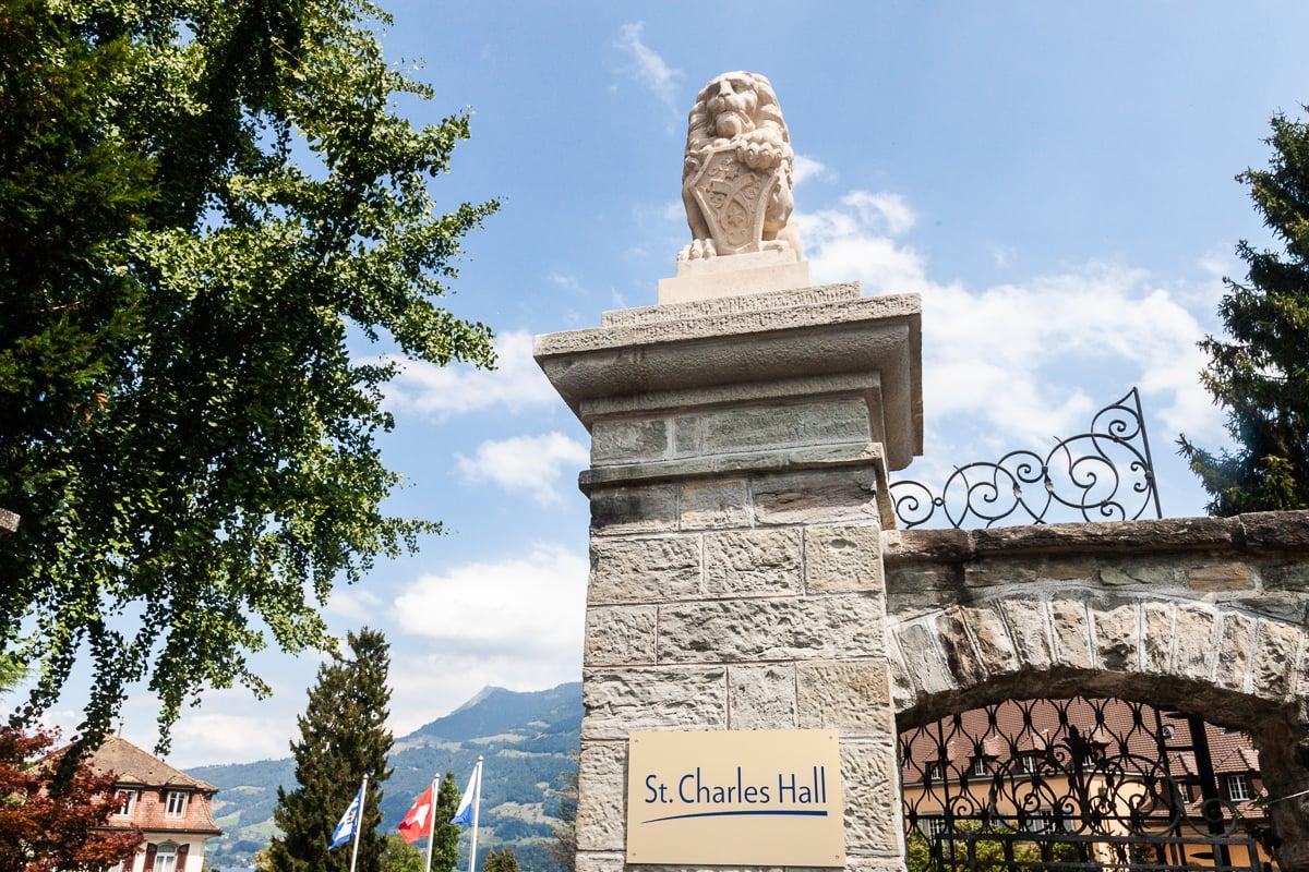 Der verschnörkelte Torbogen markiert den Eingang zur Villa «St. Charles Hall».