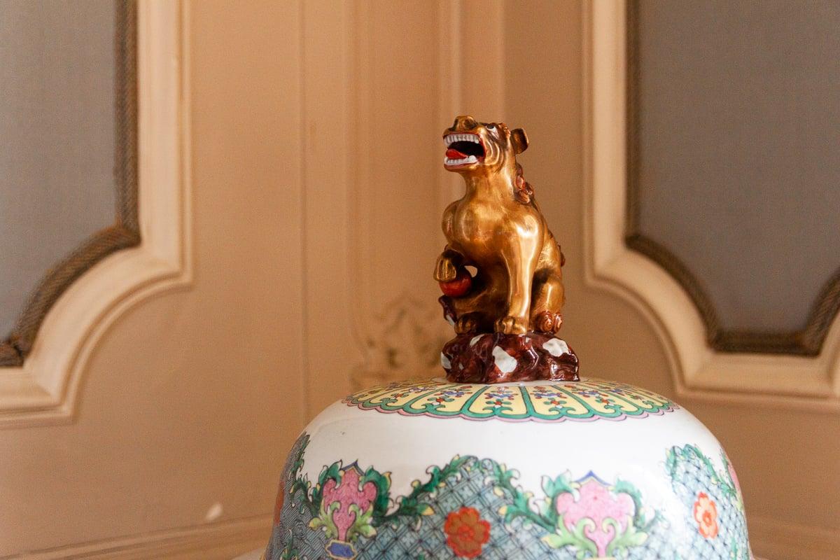 Überall steht Kunsthandwerk in den Räumen, zuweilen auch aus Asien.