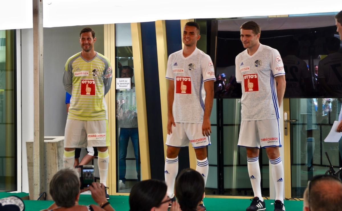 Von links: David Zibung, Yannick Schmid und Claudio Lustenberger präsentieren das neue Auswärtsdress.