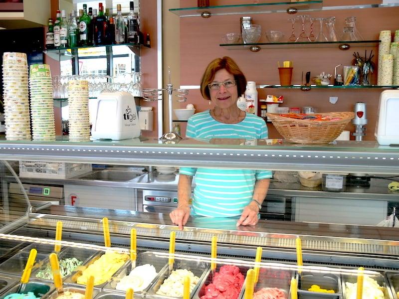 Luzia Schicker bietet im Café Luzia in Cham nicht nur ein vielfältiges, sondern auch ein genussvolles Glace-Angebot.