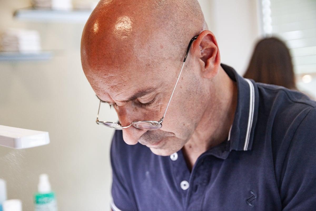 Yves Häusermann, Inhaber von Star Nails, während der Arbeit.