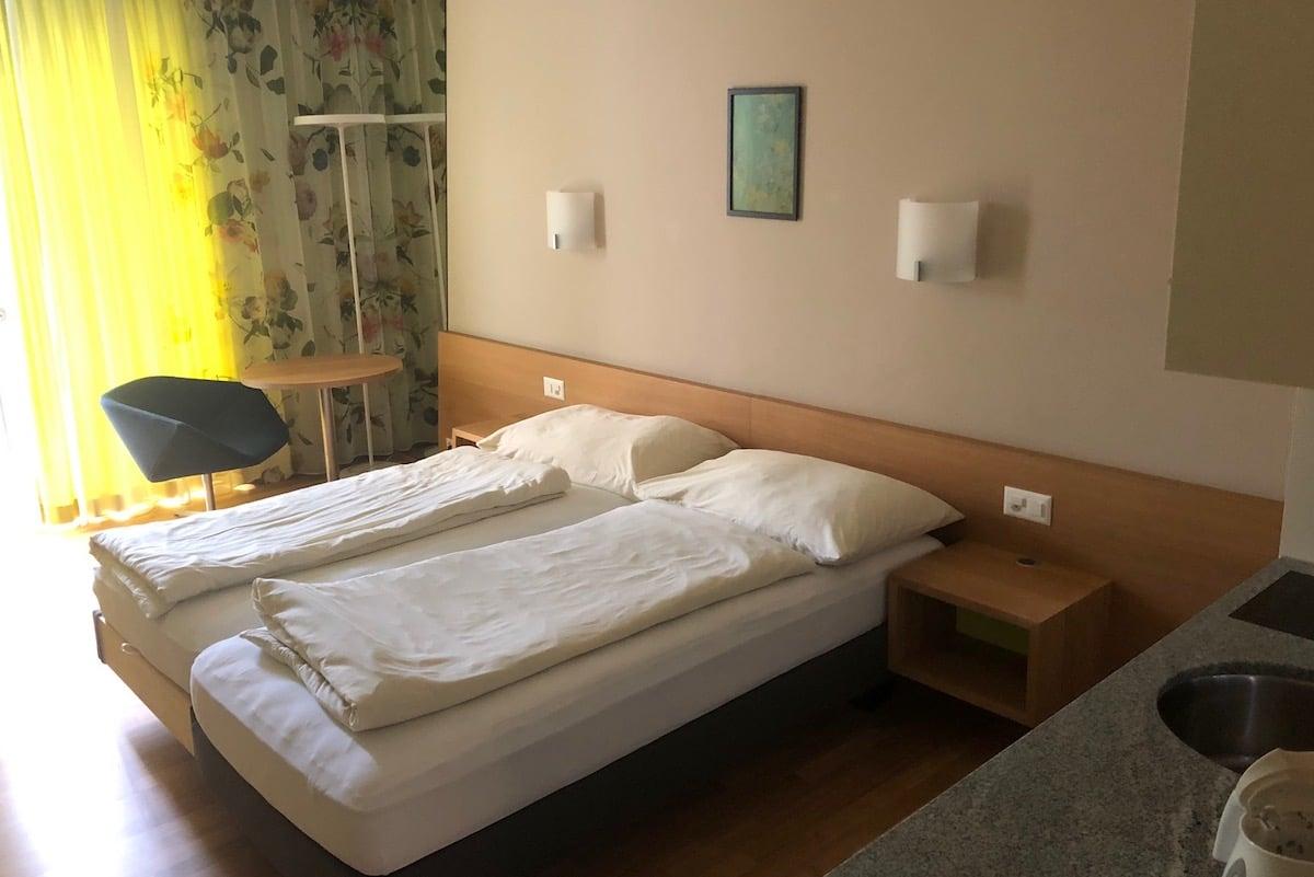 Zimmer ohne grosse Aussicht, dafür mit kleiner Küche: 85 Franken für zwei Personen pro Nacht.