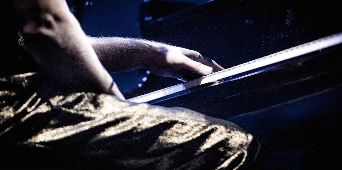 Goldiger Schnitt: die Hände des Maestros und seine glänzende Hose.