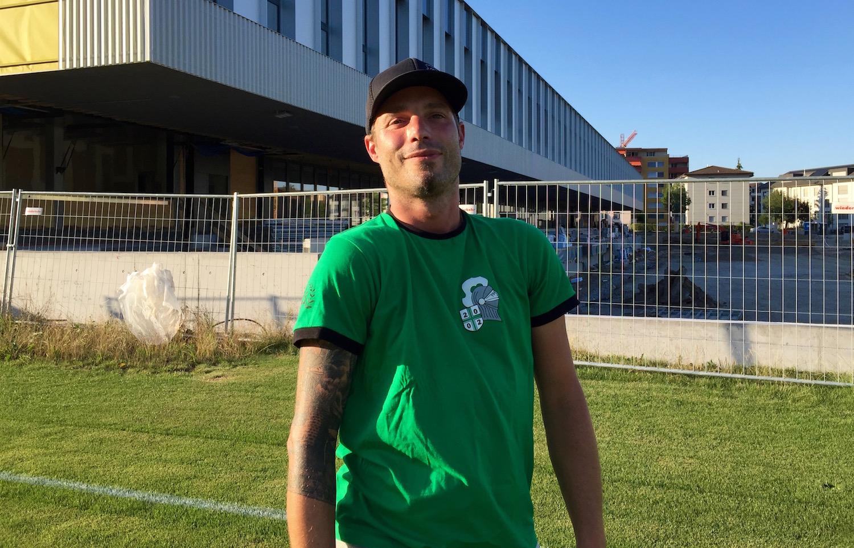 Thomi Sigrist vor dem neuen Kleinfeld-Stadion.
