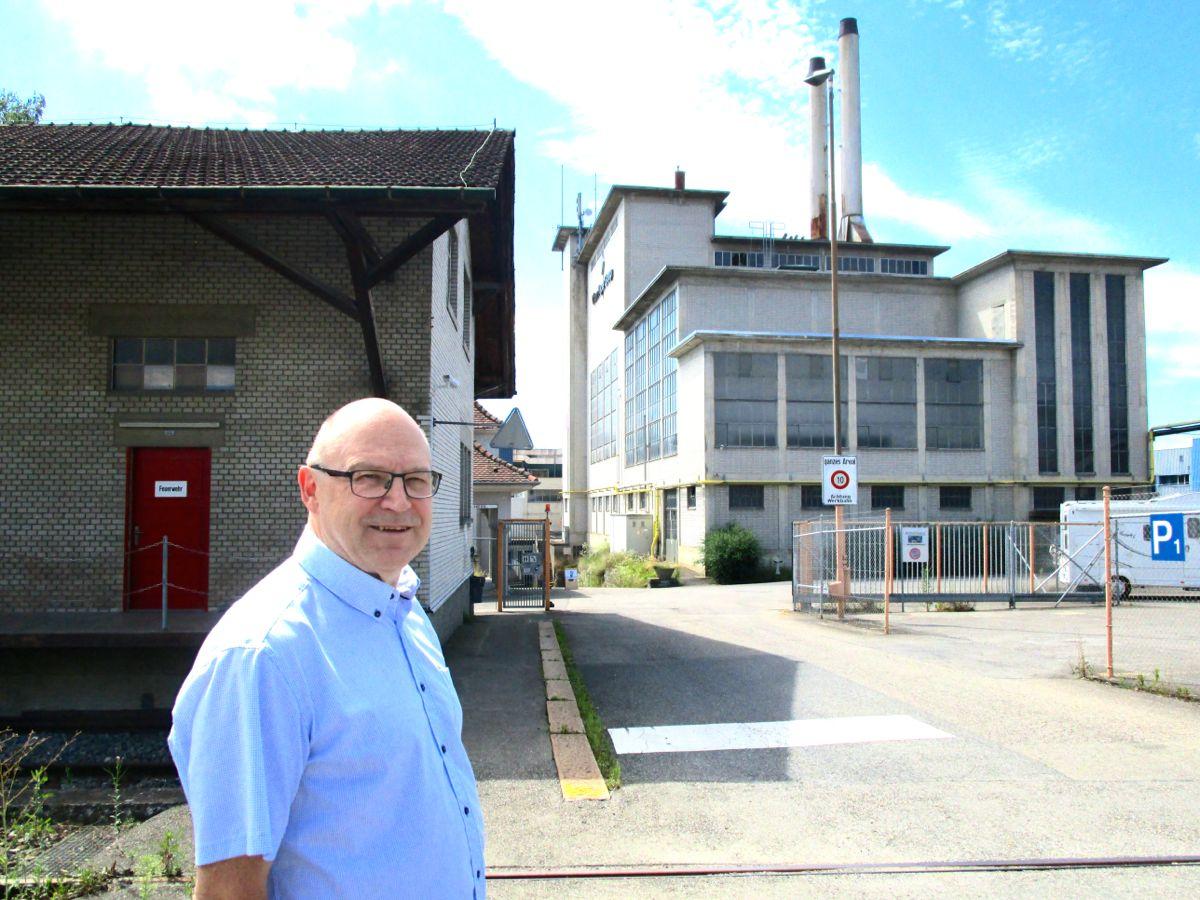 Der Chamer Bauchef Rolf Ineichen beim Eingang des Papieri-Areals: Hier hat die Eigentümerin von Anfang an klargemacht, dass es keine Kanti geben soll.