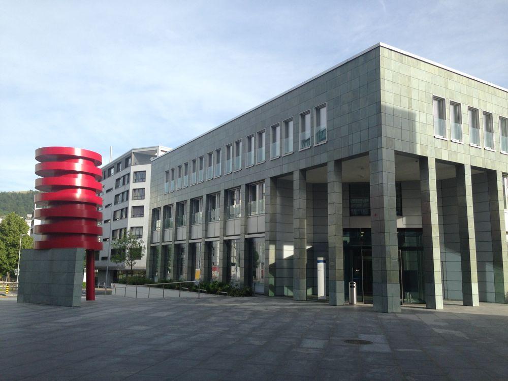 Am Strafgericht Zug hat der Prozessgegen die Verantwortlichen der Invest Energy Group AG wegen gewerbsmässigen Betrugs und weiterer Delikte begonnen.