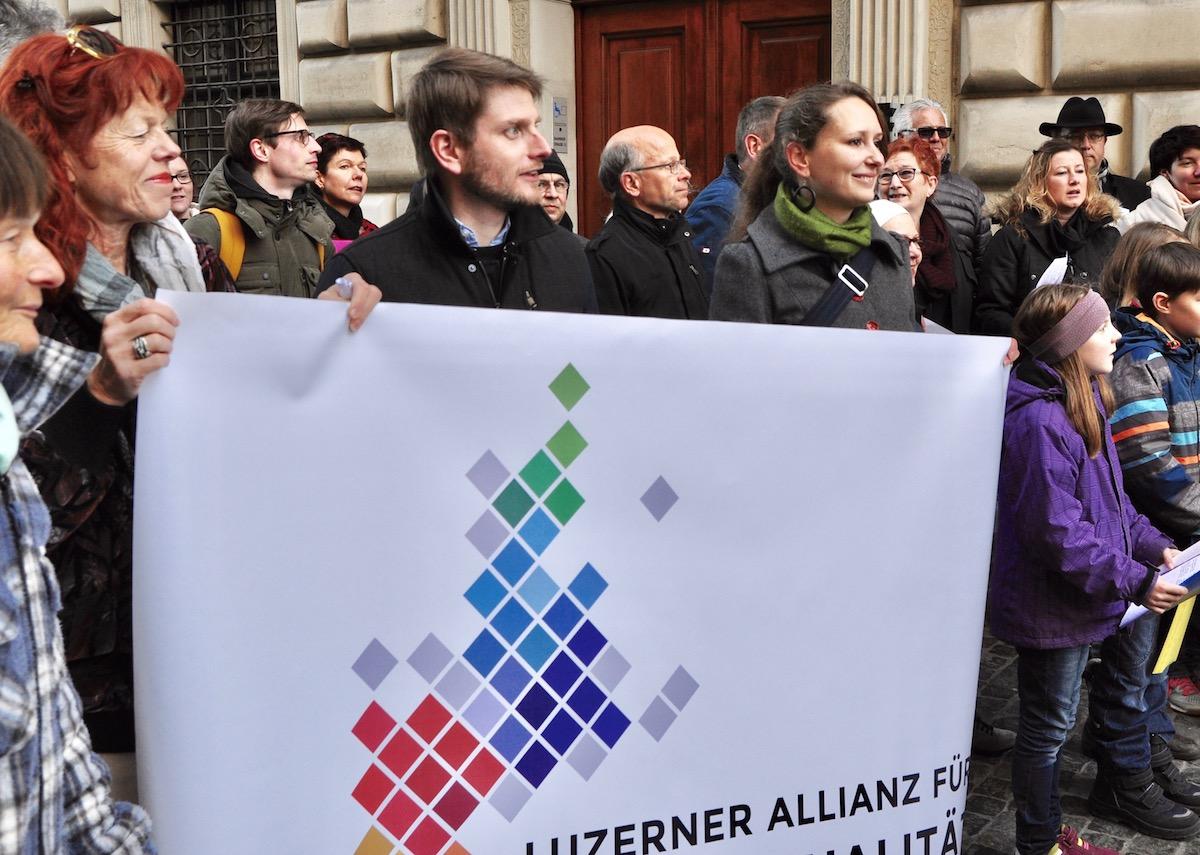 SP-Kantonsrat Urban Sager (Mitte) und Grüne-Kantonsrätin Katharina Meile singen mit.