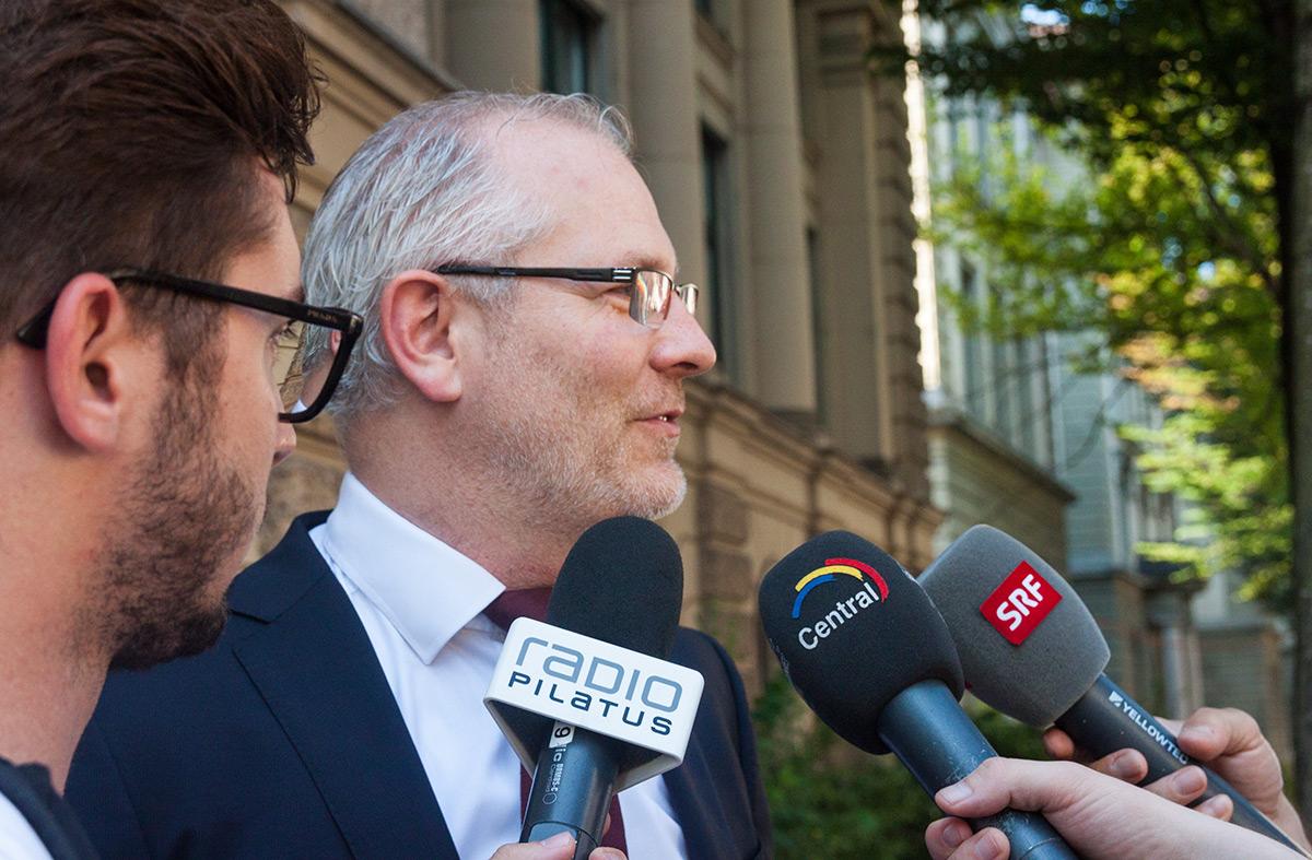 Oskar Gysler, der Anwalt des klagenden Sohnes, gibt den Medien vor dem Kantonsgericht Auskunft.
