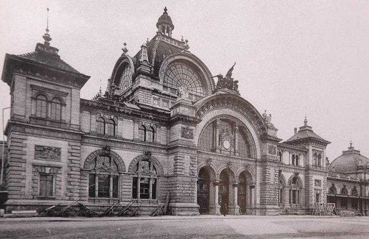 So sah der alte Bahnhof bis 1971 aus. Das Eingangsprotal wurde später auf den Vorplatz verschoben.