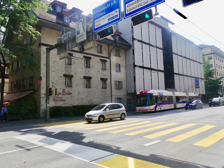 Ein unschönes Paar: Das Parkhaus Kesselturm (rechts) und das «alte» Gebäude mit dem Restaurant «Toscana» an der Rütligasse.