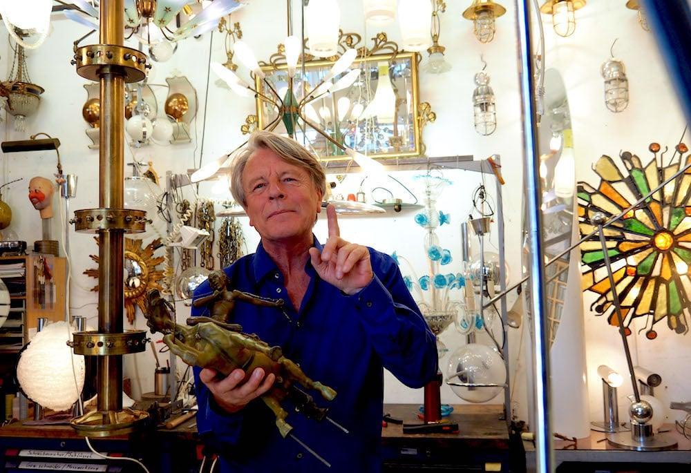 Im Atelier, wo Dieter Keller als «handwerkliche Wildsau» selten werkt, ist vor lauter Leuchten kaum ein Durchkommen.