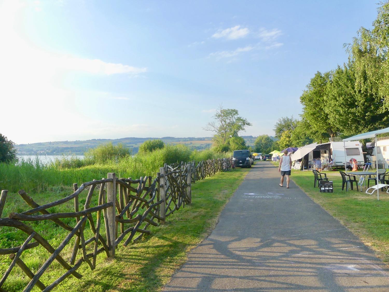 Idyllisch: Die Uferzone des Campings.