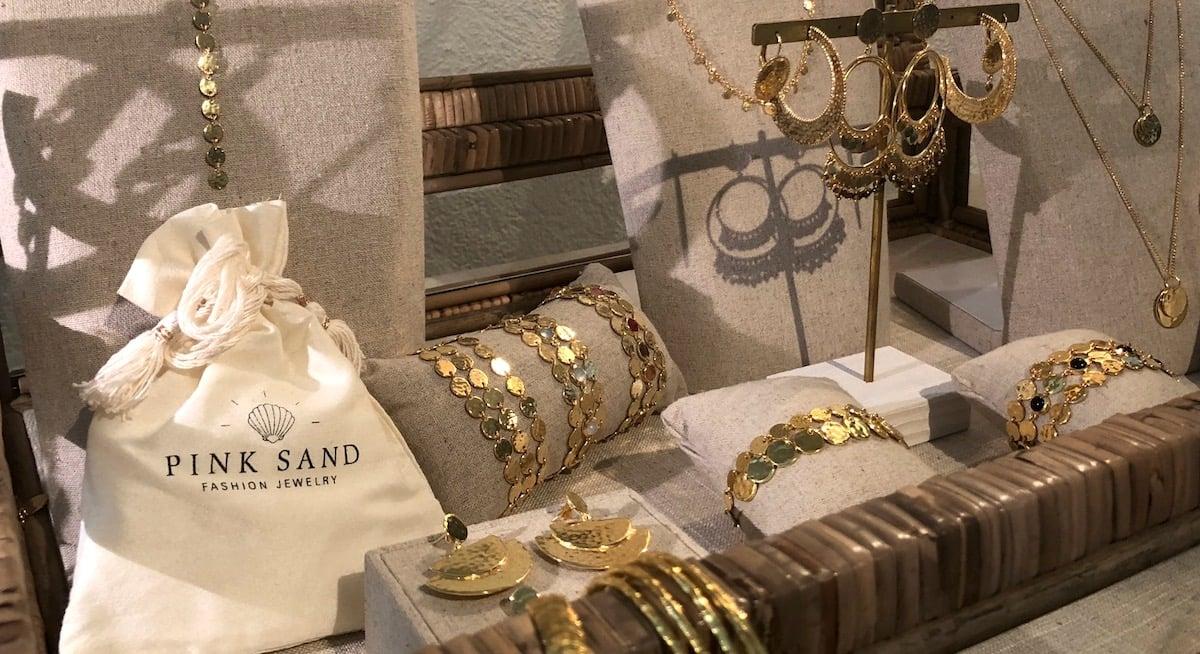 Es leuchtet in Gold und Silber: Teile der Pink-Sand-Kollektion im Showroom.