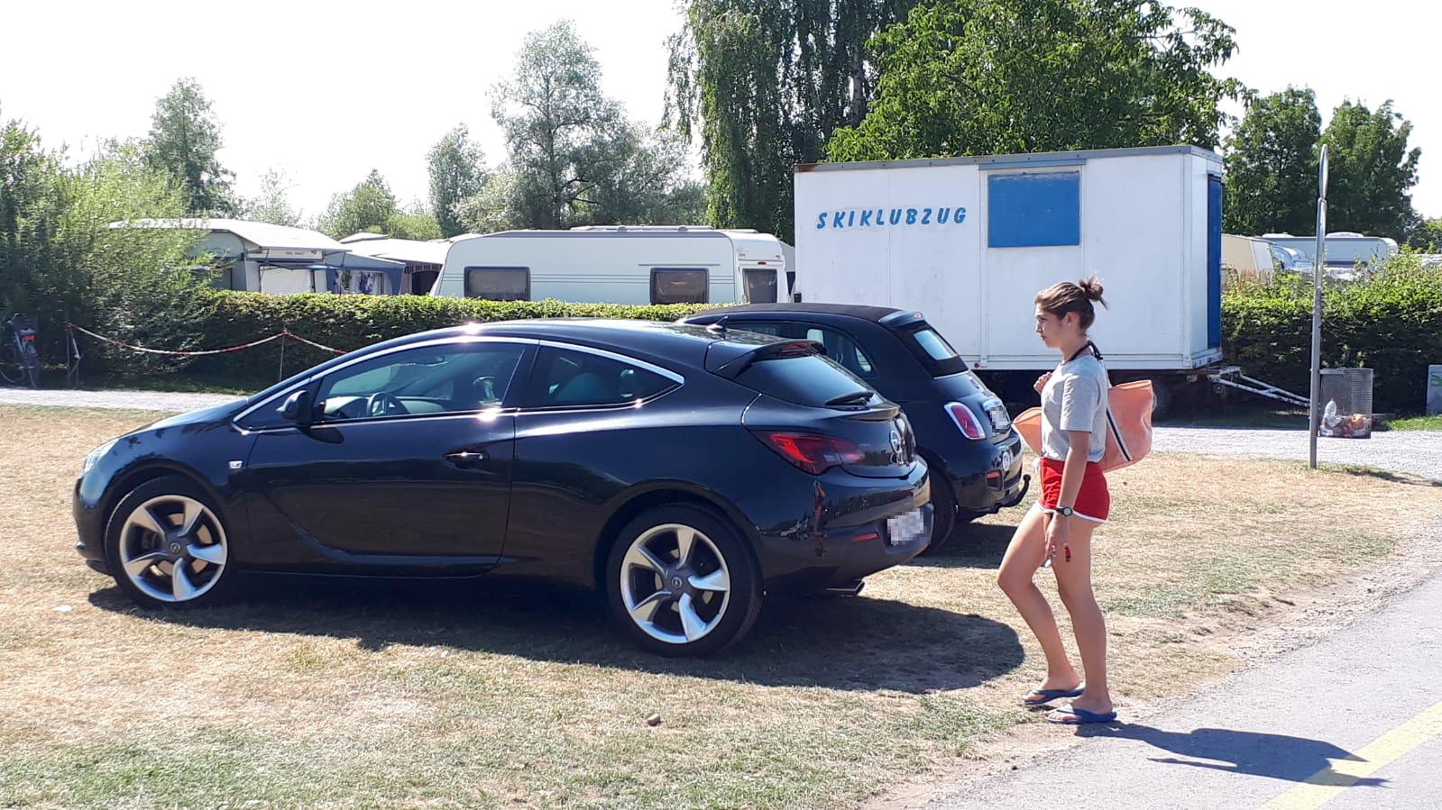 Weil der Parkplatz an der Strasse abgesperrt bleibt, nutzen Besucher die Badewiese.