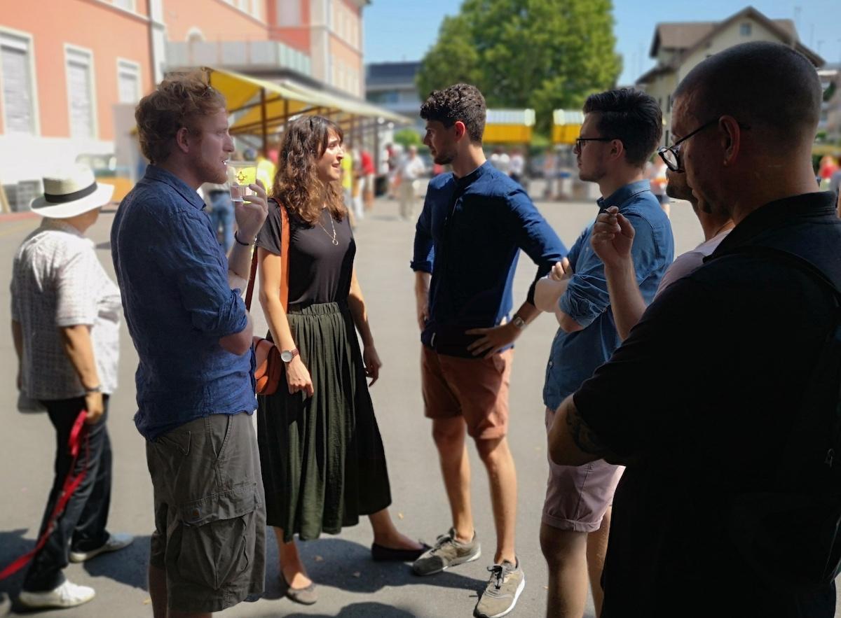 Offener Dialog: Nach der Rede diskutierte Glencore-Sprecherin Sarah Antenore mit Konradin Franzini (3.v.rechts) und einigen anderen der Protestanten.