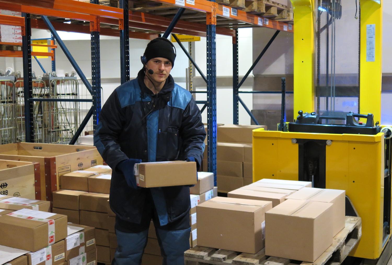 Rame Osmanaj kontrolliert die gelagerte Ware, bevor er sie auf den Stapler lädt.