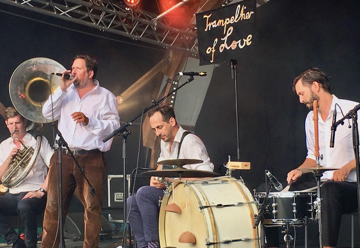 Die Blockflöte ziert das Schlagzeug vorne rechts.