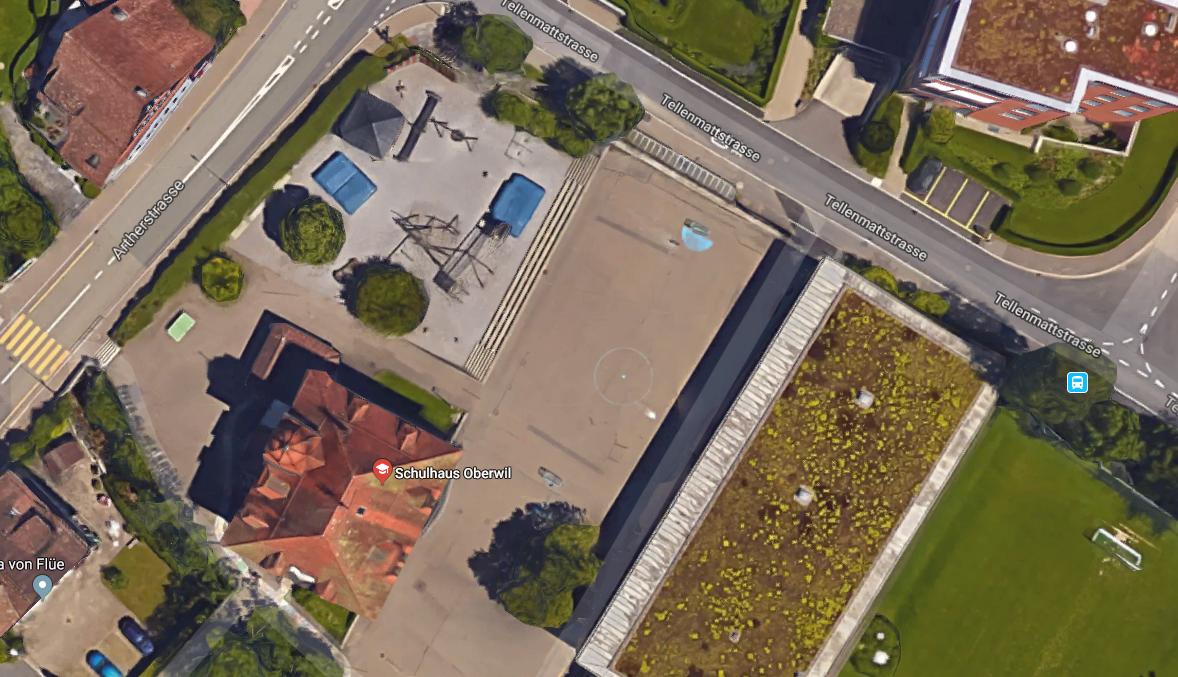 Der besagte Schulhausplatz in Oberwil von oben.