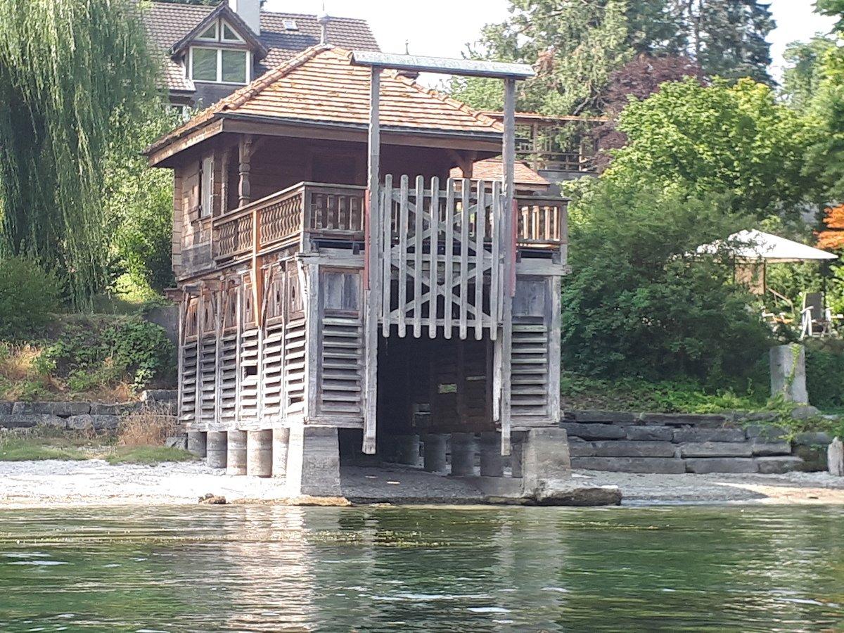 Die Wasserstände in Schweizer Flüssen sind tief. Hier: Ein Bootshaus, das nun neben statt im Wasser steht.