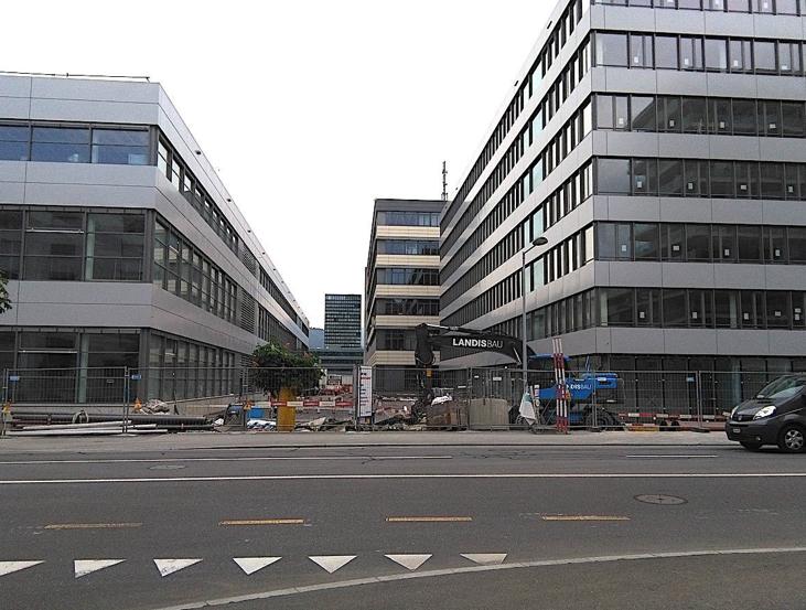Von aussen schon so gut wie fertig: links das neue Produktionsgebäude, rechts das Bürogebäude auf dem neuen Siemens-Campus.