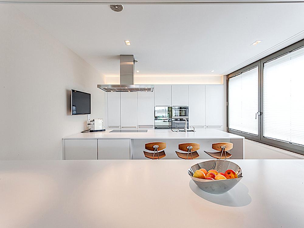 Modern und mondän: Eine Küche, wie sie Expats gefällt.