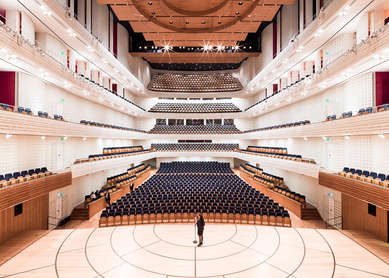 Blick von der Bühne in der Zuschauerraum des Weissen Saals.