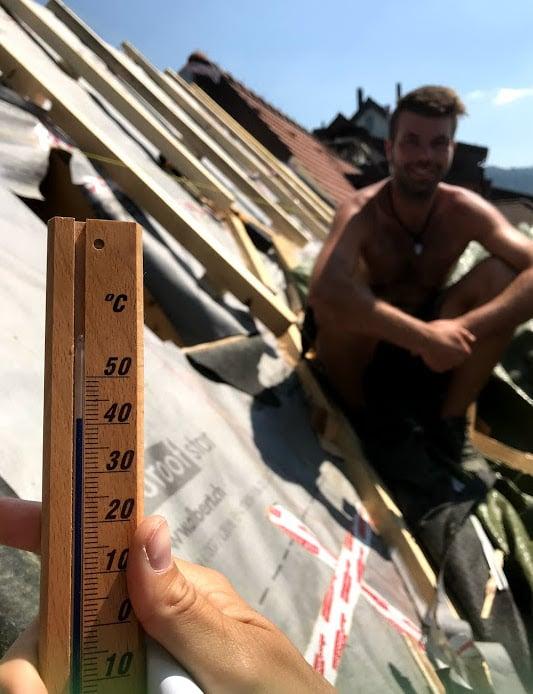 Bis das Thermometer vom Giebel wieder bei uns ist, hat es einige Grad Celsius eingebüsst. Hier zeigt es nur noch gut 41 Grad an.