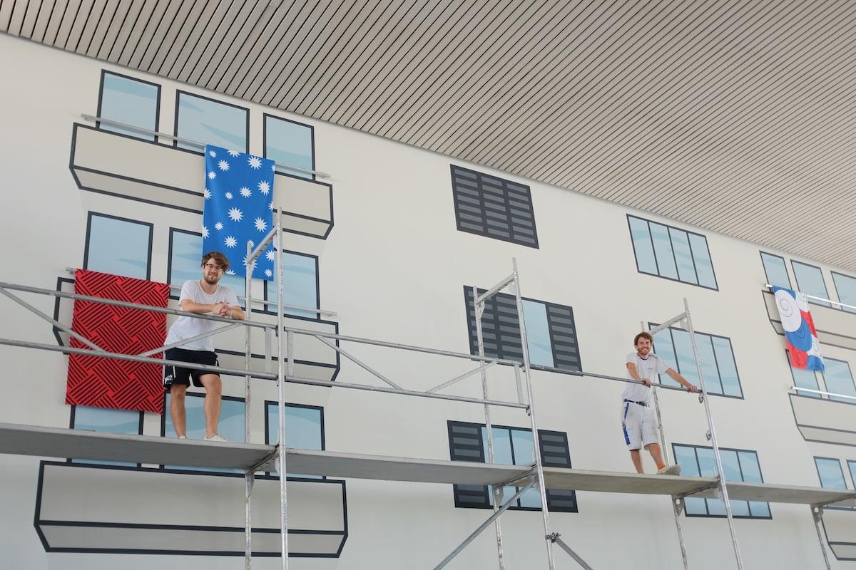 Tobias Eichelberger und Michael Lehmann geniessen nochmals die Aussicht, bevor das Gerüst abgebaut wird.