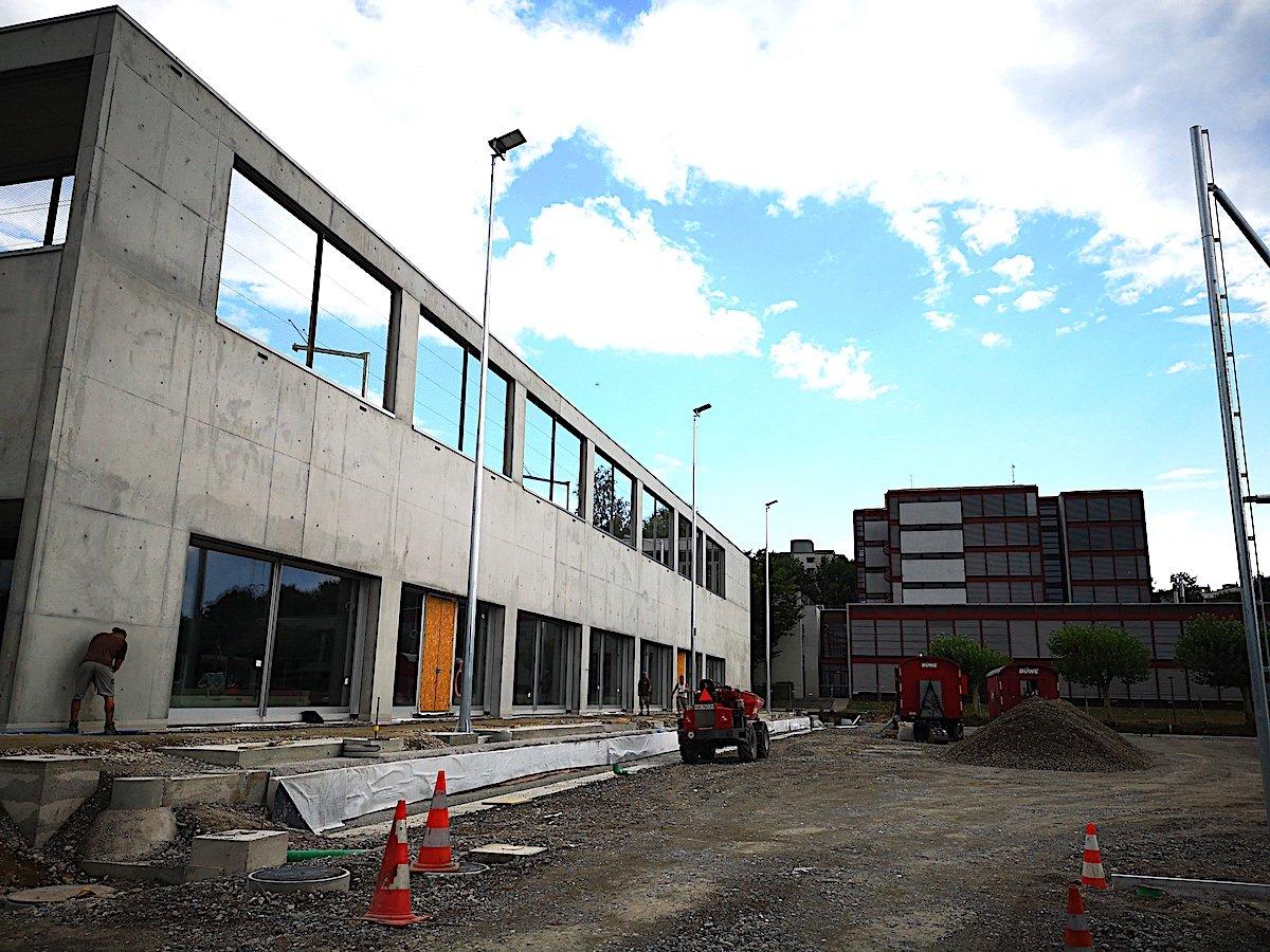 Auf dem Campus der Zuger Kantonsschule wird gerade die neue Dreifachturnhalle gebaut.