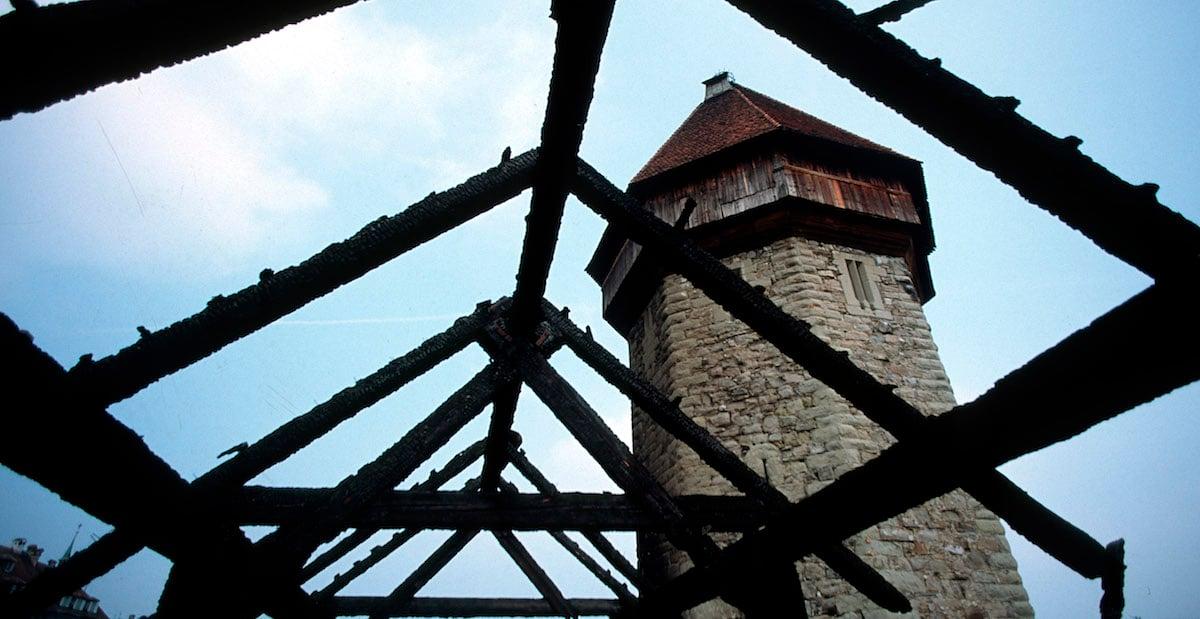 Am Tag danach: die Brandruine der Kapellbrücke 1993.