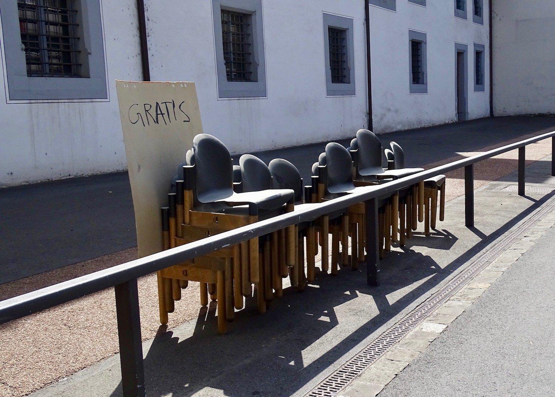 Nicht bestellt, aber abgeholt: Die alten Stühle erhielten alle noch eine Chance.