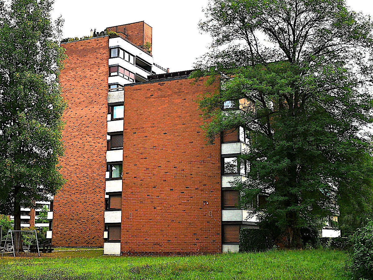 Das Haus Alpenblick 8 soll abgerissen und neu aufgebaut – anstatt total saniert zu werden. Auf den ersten Blick wirkt das Gebäude mit der warmen Sichtbacksteinfassade (Vordergrund) zwar in die Jahre gekommen, aber überhaupt nicht baufällig.