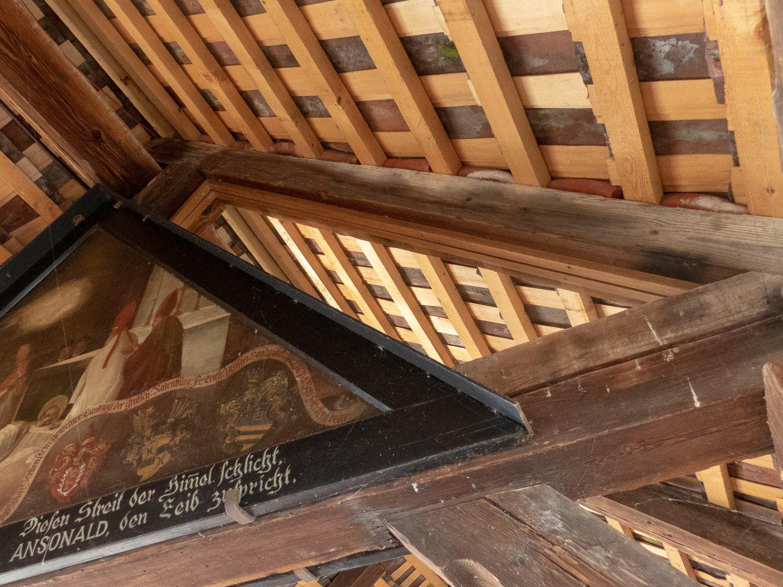 Die Glasscheiben, die ein Ausbreiten des Feuers verhindern würden, sind nicht zu sehen. Nur die Holzleisten verraten die Massnahme.