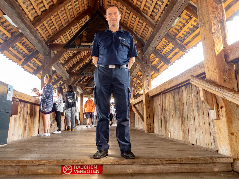 Seit dem Brand herrscht auf der Kapellbrücke striktes Rauchverbot – Markus Portmann weiss aus eigener Erfahrung, wieso.