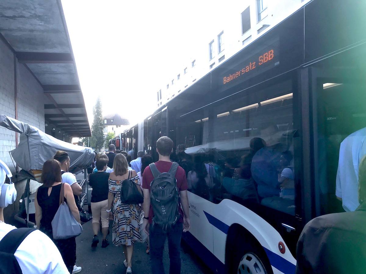 Erstaunlich wenig Gedränge vor den Bussen. Zu Recht: Platz ist genug da.