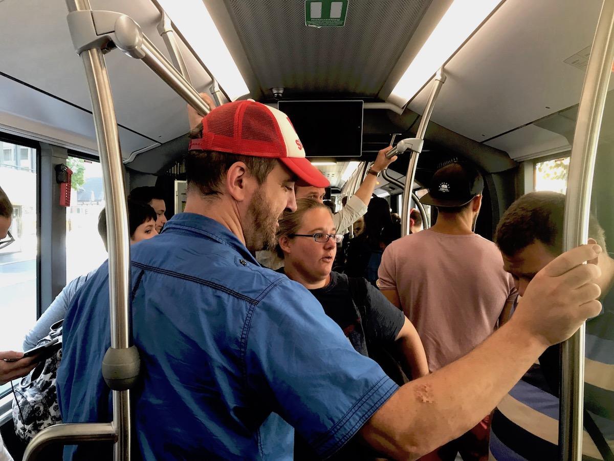 Wider Erwarten ist es im Ersatzbus gar nicht mal so sardinenbüchsig.