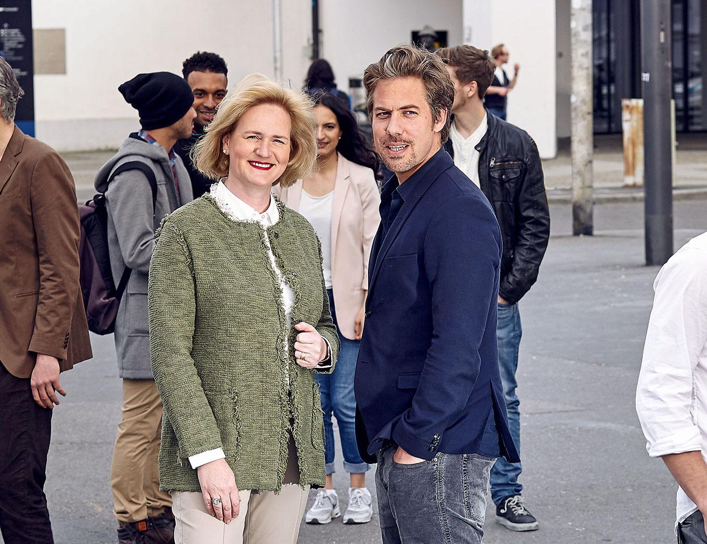Stiftungsratspräsidentin Birgit Aufterbeck Sieber (links) und Intendant Benedikt von Peter auf dem Theaterplatz.
