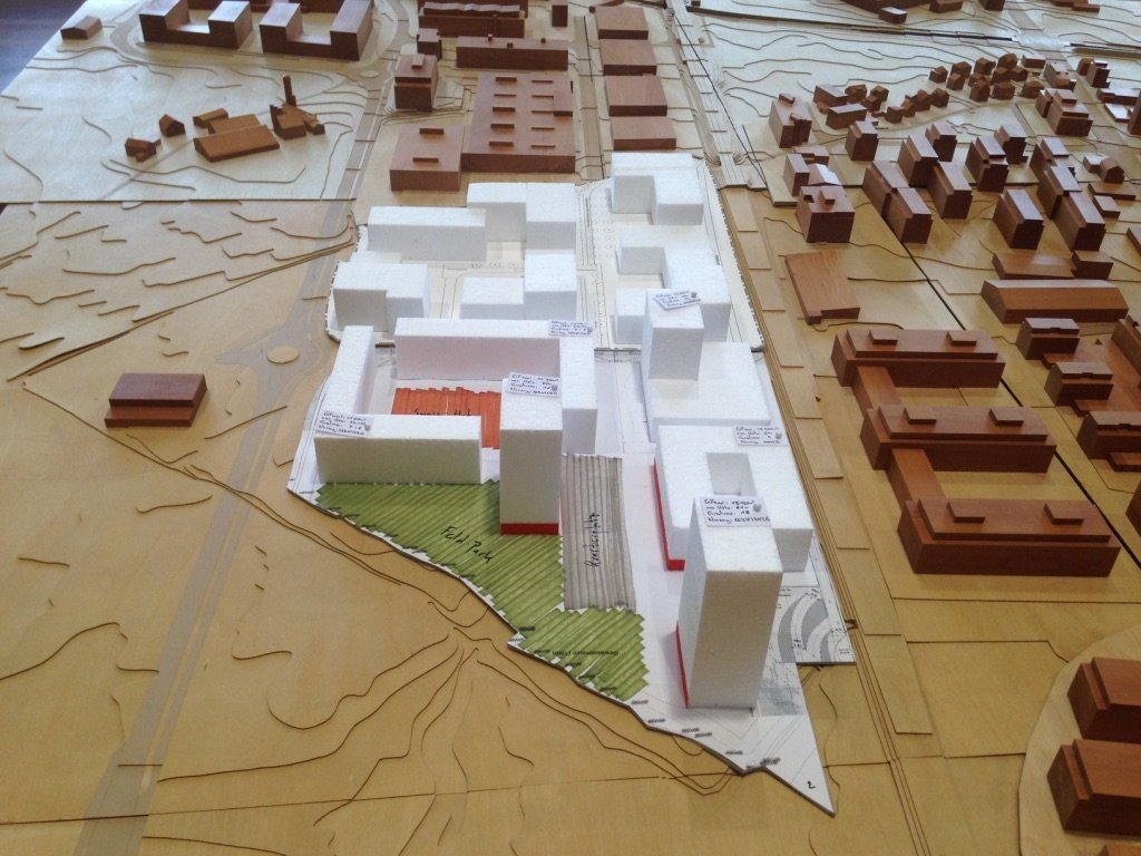 So sieht das städtebauliche Baarer Konzept für das Unterfeld-Süd im Modell aus. Unten die grüne «Parkspur» und der Quartierhof (orange). Anschliessend in der Mitte (ganz weiss) das bereits neu geplante Gewerbegebiet Unterfeld-Nord. Ganz oben (braun) das bestehende Gewerbegebiet Neuhof.