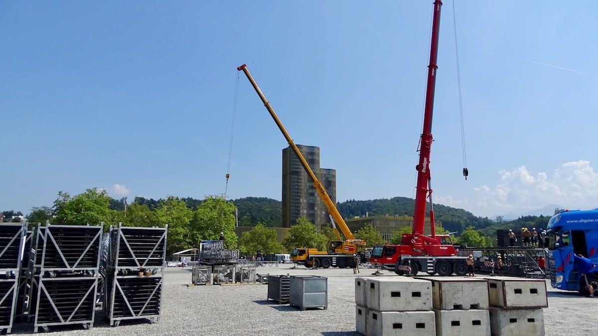 Die Kräne wurden für den Bühnenaufbau herbeordert.