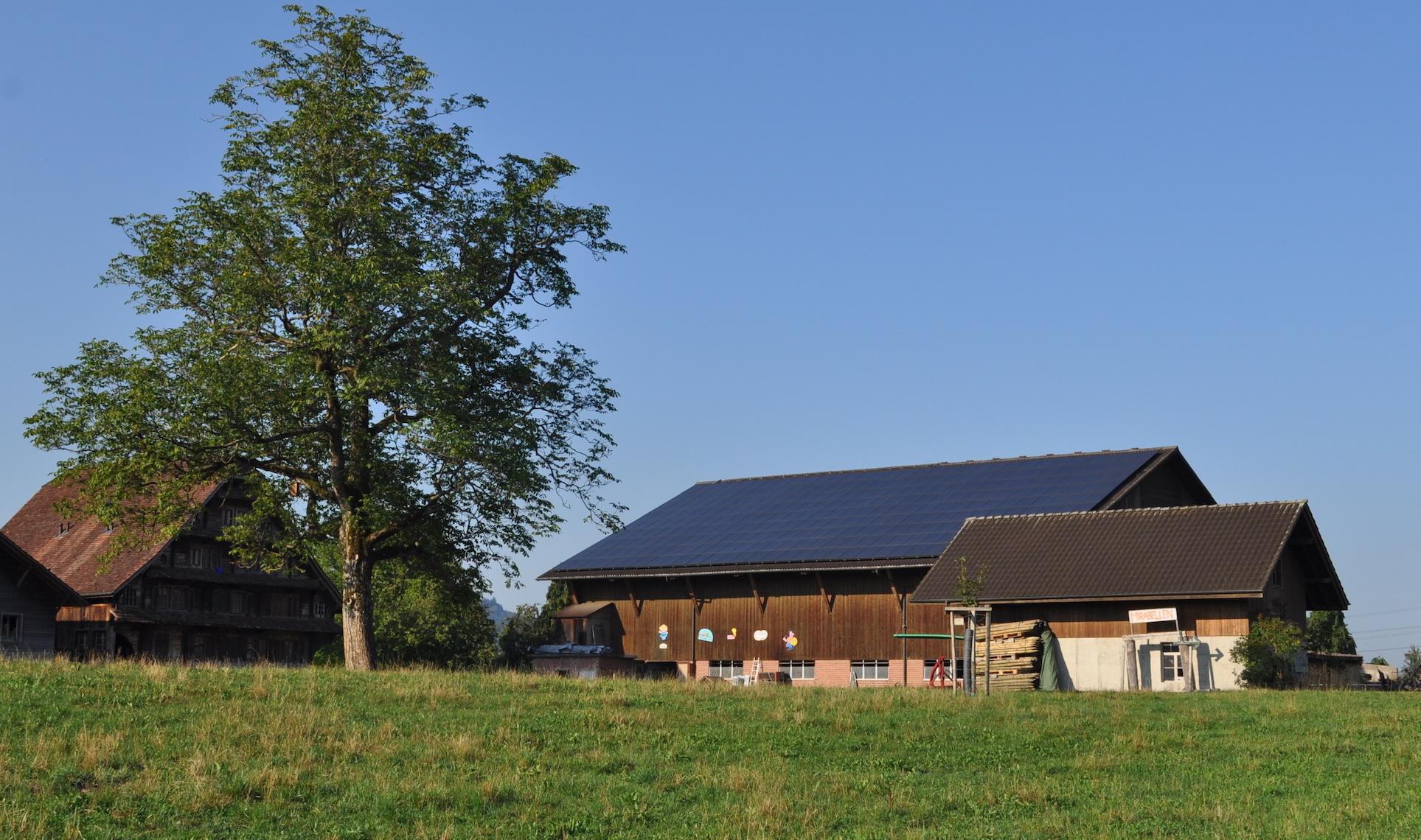 Landwirte sind in Sachen Solarenergie oft investitionsfreudiger als Gmeinwesen: Hier der Hof von Franz Blaser in Rotkreuz, mit einer grossen Photovoltaik-Anlage auf der Scheune.