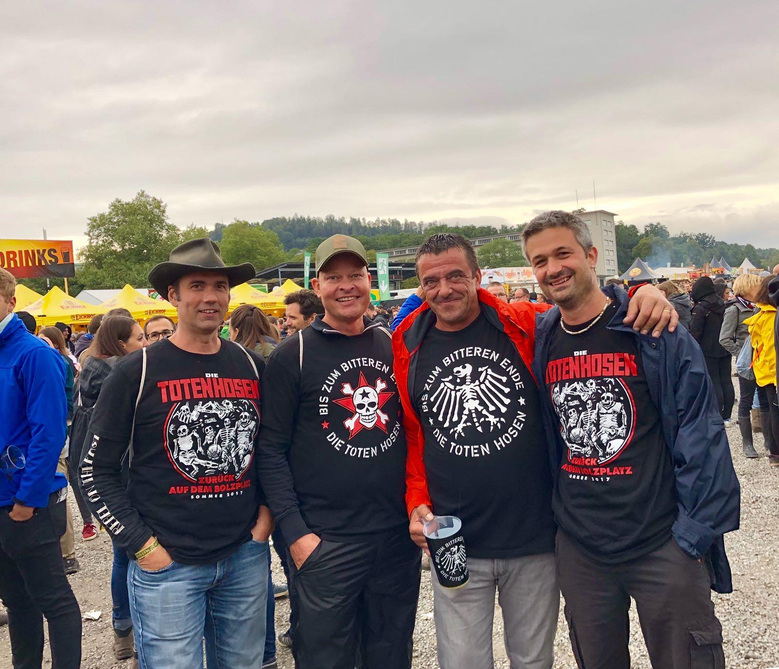 Freunde und Hosen-Fans: Die vier Herren aus Luzern. Der Kollege ganz links sieht die Band heute zum 10. Mal.