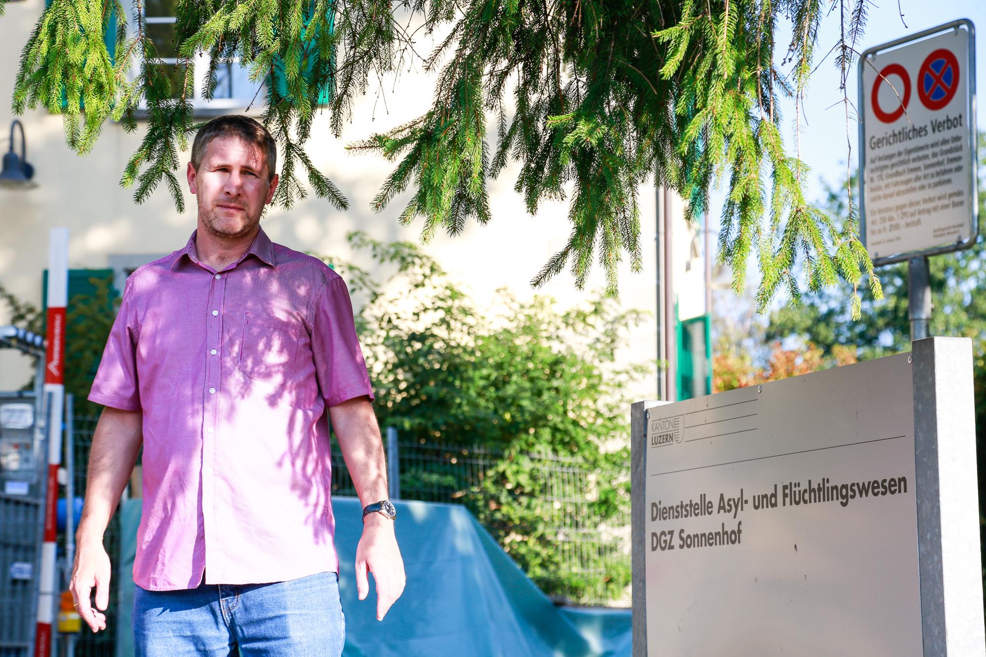 Adrian Portmann, bisheriger Leiter der Luzerner Asylzentren, wehrt sich gegen seine Freistellung.