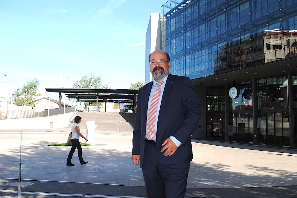 Ist ein Freund des Geheimdienstes, aber hat eine zwiespältige Beziehung zum Umweltschutz: FDP-Ständerat Joachim Eder vor dem Zuger Bahnhof.