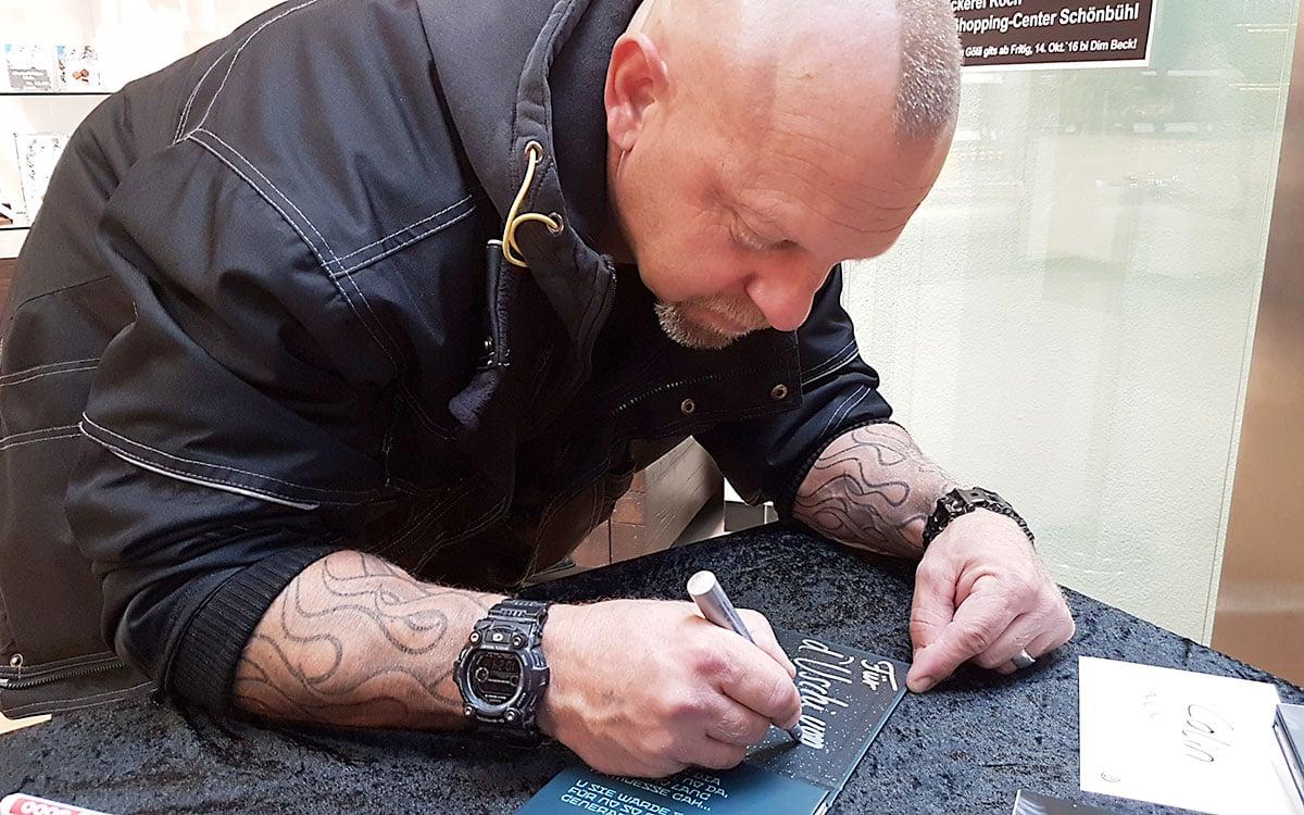 Gölä war in Luzern im Shopping-Center zu Gast – und signierte fleissig CDs. (Bild: aml)